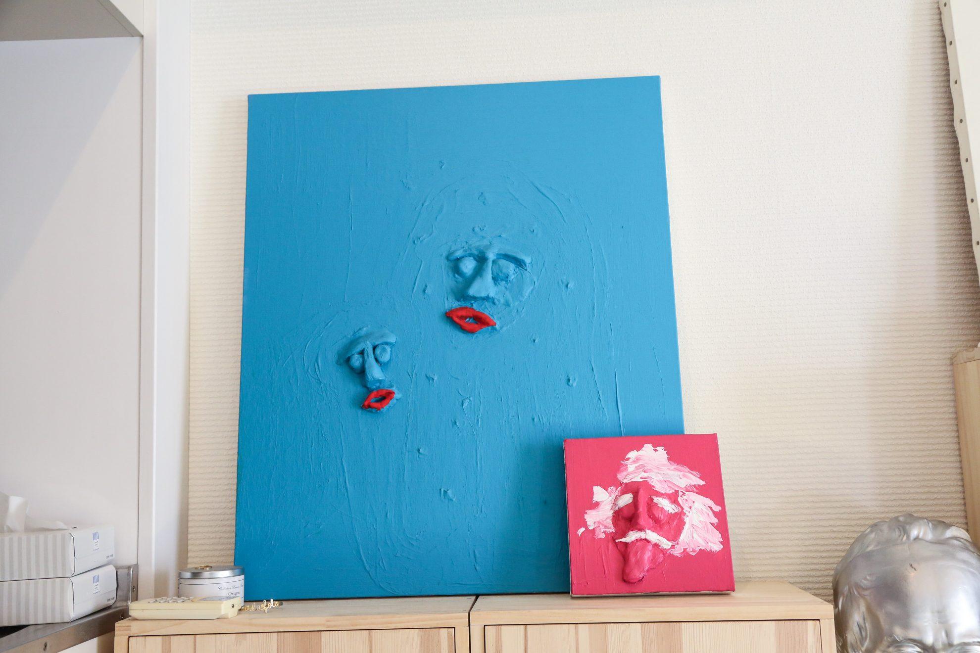 粘土とアクリル絵の具で制作された作品。ブルーの作品は自身と息子さん。